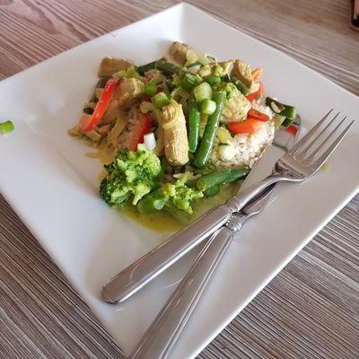 Varkenshaasreepjes met groenten in bloemkoolrijst in kokossaus - Resultaat