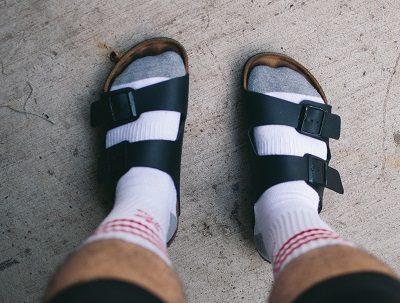 Witte sokken, sandalen, Nederlander op vakantie