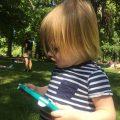 Telefoon hoesje - kind speelt met telefoon