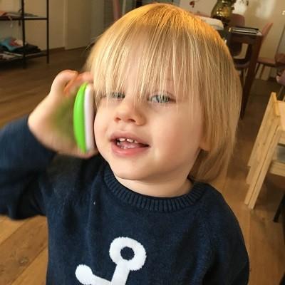 Contact kind na scheiding, kind met mobiele telefoon