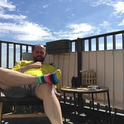 Geniet thuis van het mooie weer,Papablogger in loungestoel