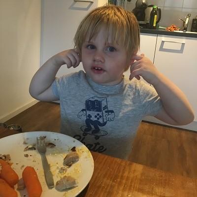 Leert mijn kind goed praten - Niet met zijn vingers in zijn oor